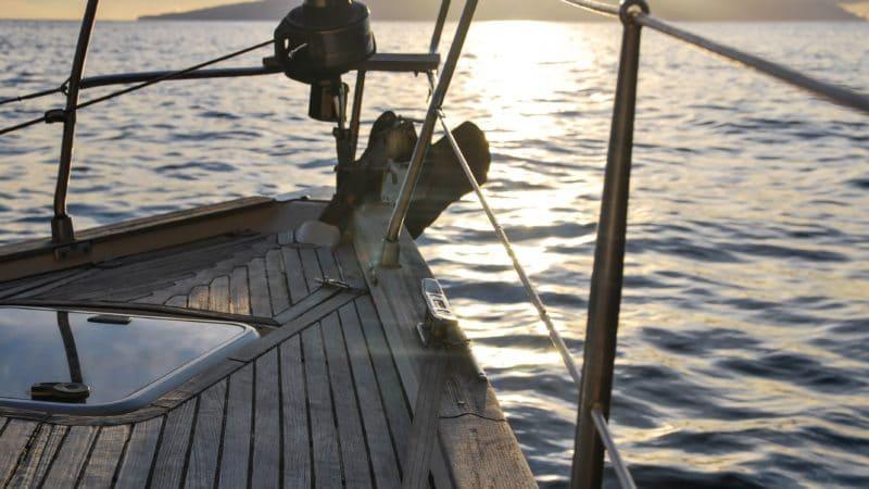 Un guide qui explique comment facilement réparer un enrouleur de foc bloqué sur votre bateau.